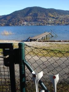 Der Tegernsee lockt auch Spaziergänger mit Krücken.