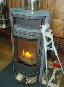Auch Krücken brauchen manchmal Kaminwärme.