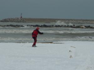 Ein Langläufer im Schnee am Adria-Strand - historischer 4. Februar 2012!