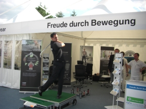 Eichenrieds Golf-Akademie-Leiter Patrick Wolferstätter auf der Posturomed-Plattform für Golfer.