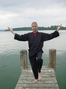 Wolfgang Schmidtkunz bei einer Qi Gong-Übung auf der Chiemsee-Fraueninsel
