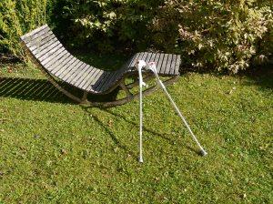 """Sonnenbaden auf dieser geschwungenen """"Seniorliege"""" geht erst wieder, wenn die Krücken eingemottet sind."""