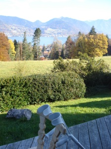 Meine Krücken machen Urlaub am Freihaus Brenner über dem Tegernsee.