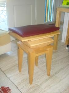 Das Sitzen auf dem wackligen Mi Shu-Stuhl mobilisiert und kräftigt die Wirbelsäule.