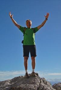 Herrlich beweglich: TEP-Träger Hubert jubelt auf dem Gipfel des Südwandsteigs.