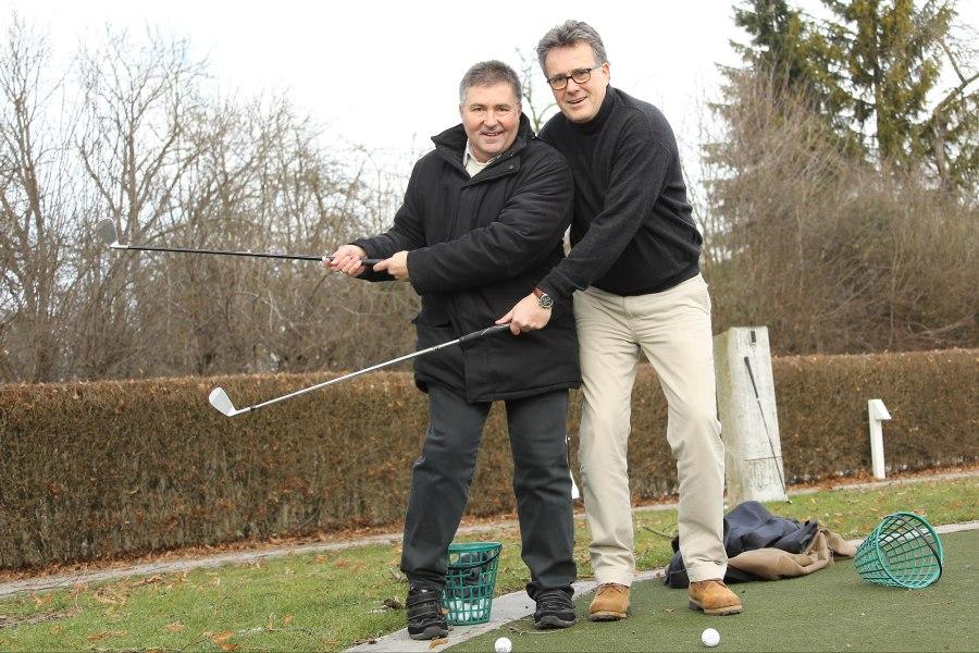 Doppel-TEP-Träger Heinz Meixner (links) und sein Operateur Dr. Christian Carl beim doppelten Carving Golfschwung.