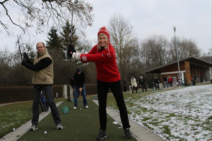 Die Buchautoren Peter Herrchen und Heidi Rauch winterlich warm angezogen beim Carving Golfen.