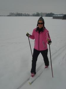 Heidi beim Langlaufen über ungespurte Felder