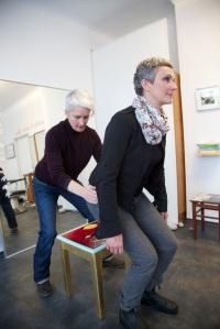 Alexander-Technik-Lehrerin und Friseurin Monika Krämer, links, mit einer Patientin. Infos: www.besserundschoener.de