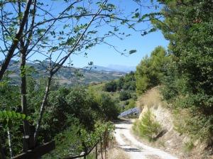 Ende unseres steilen Weges in den italienischen Marken. Im Hintergrund die Monti Sibillini.
