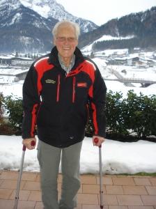 Andrä Brandtner, fast 85-jähriger Chef der Bergbahnen Steinplatte in Waidring, Tirol, eine Woche nach seiner zweiten Hüft-OP schon wieder flott auf Krücken unterwegs.