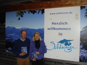 Autorin Heidi Rauch und TV-Journalist Michael Pause mitsamt Mutmach-Ratgeber-Büchern am Schliersee