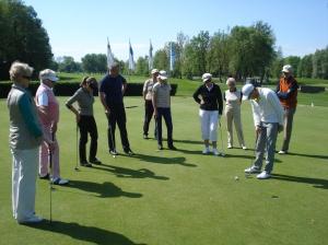 Pro Mark Temblett, der seit Jahren mit künstlicher Hüfte Golf spielt, beim Training auf dem Eichenrieder Putting Grün