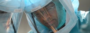 """Spezielle Infektionsschutzhelme - """"Astronauten-Helme"""" - filtern sogar die Atemluft der Chirurgen bei der OP."""