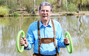 Der Smovey-Erfinder mit seinen Fitness-Ringen.