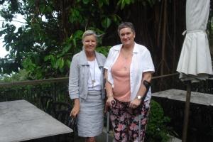 Der letzte Tag mit Krücken: Cory mit Buch-Autorin Heidi Rauch auf dem Victoria Peak in Hongkong