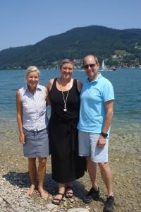 Die Mutmach-Ratgeber Autoren Heidi Rauch und Peter Herrchen mit der nun ohne Krücken gehenden Cory in ihrer Mitte.
