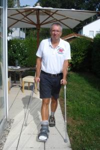 Krücken-Recycling: Michael geht mit Fuß-Orthese im Vier-Punkt-Gang.