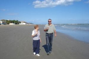 Meine zwei liebsten Menschen auf der Welt am Adria-Strand beim Eisessen - Mama & Michi
