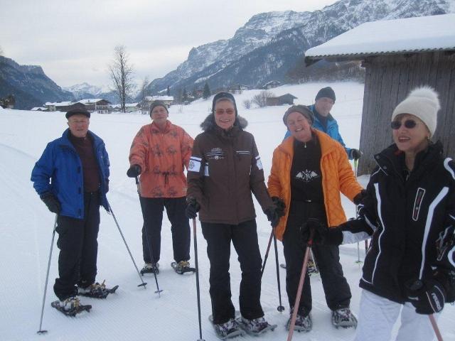 Meine fröhliche Schneeschuh-Wandergruppe in Waidring (ich Mitte in Braun)