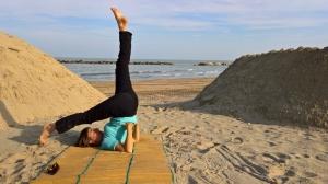 Bewegung geht überall! Hier meine Yoga-Freundin Stefanie am Strand von Cupra Marittima.