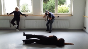 """Birgitta leitet Ingrid am Boden an, Mehmet fotografiert für """"Mut zur neuen Hüfte II"""""""