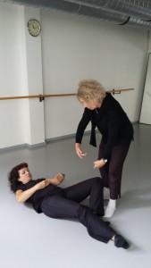 Floor Barre-Training mit Profi-Tänzerin Birgitta Trommler, stehend, und Schülerin Ingrid