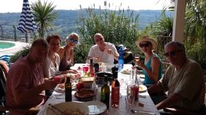 Mittagspause bei der Olivenernte - mit Pasta und Olivenöl, Burrata und Tomaten. Linsen - und Wein.