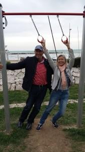 Mein Mann Michael und ich haben Spaß an den Trimm-Stationen mit Meeresrauschen im Hintergrund.