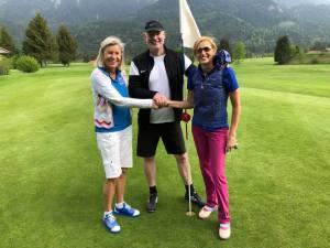 Arthrose-Treffen auf dem Golfplatz: Titanhüften-Heidi, Hüft-Operateur Dr. Raimund Völker, und Bloggerin Barbara Egger