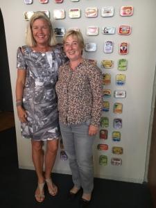 Heidi mit Ulrike vor den Sardinenbüchsen in der Berliner Sardinenbar