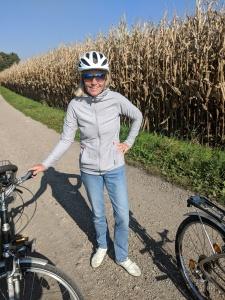 Noch ohne E-Unterstützung, aber natürlich mit Helm: Radfahren geht immer!